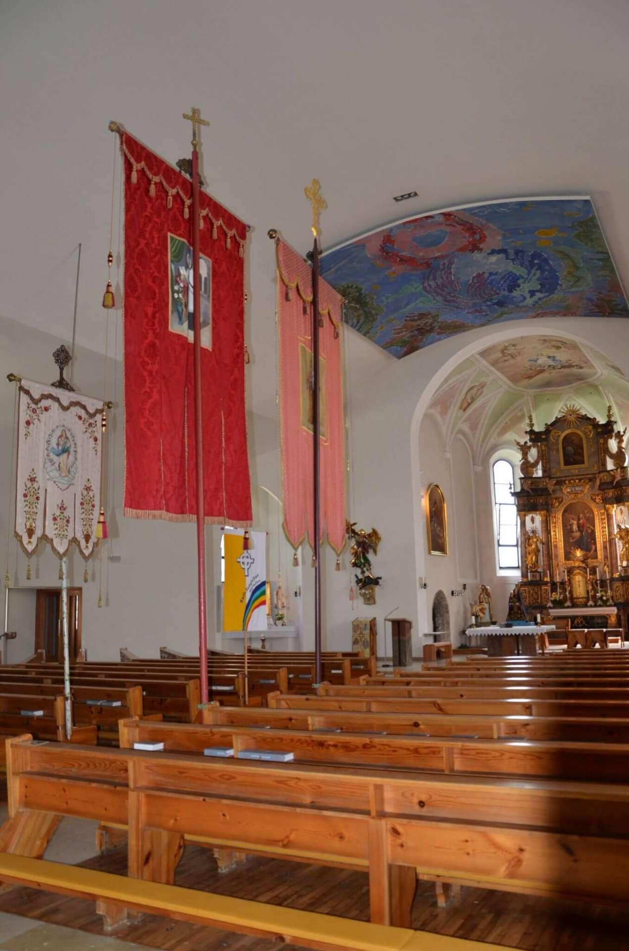 Kirche in Mayrhofen mit der Rose von Jericho (Max Weiler)